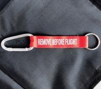 Schlüsselanhänger Remove before flight mit Karabiner